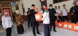 Dewan Bagikan Sembako Kepada Security, Cleaning Service serta Tenaga Honorer
